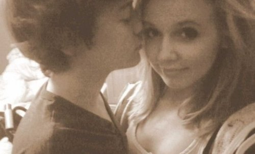 Flirty Harry Küssen His Ex Girlfriend Felicity Selfie