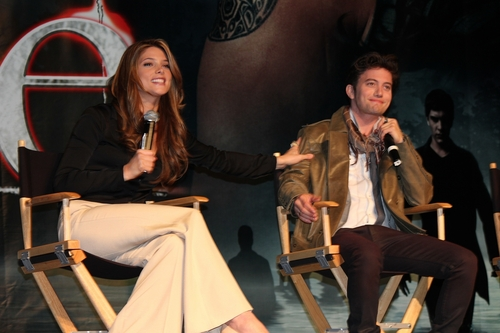 Jackson Rathbone & Ashley Greene hình nền possibly containing a well dressed person, a sign, and an outerwear titled Jackson rathbone e Ashley greene