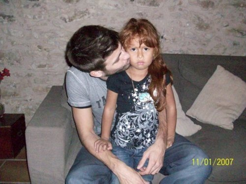 piqué kisses girl