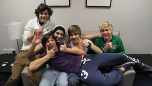 One Direction wallpaper probably containing a living room and a family room entitled 1D = Heartthrobs (I Can't Help Falling In Love Wiv 1D) Chilaxing Lol 100% Real :) x