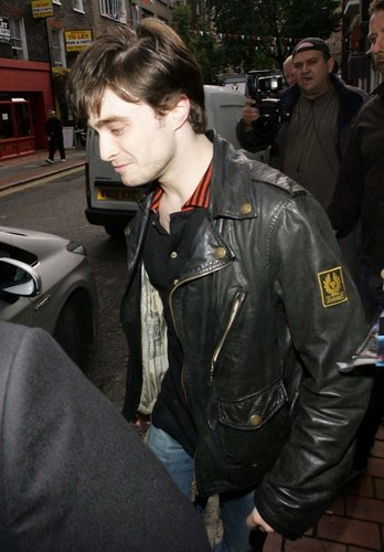Daniel arriving at The Framers Gallery in Londres