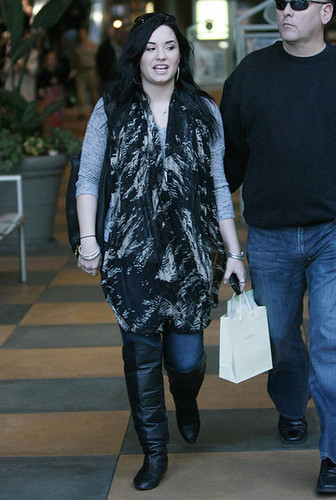 Demi Lovato Shopping And Eating At A Mall In Los Angeles