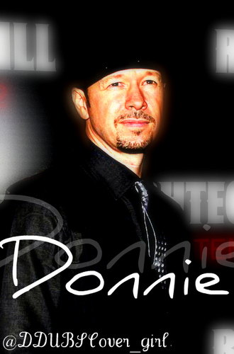Donnie Wahlberg Hintergrund possibly with a sign titled Donnie <3