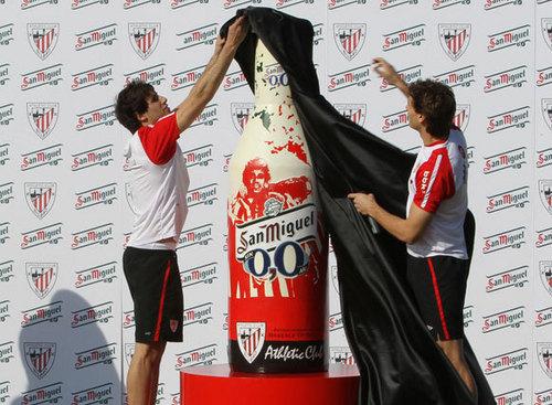 "Fernando Llorente & Javi Martinez - Presentation: ""San Miguel"" (11.02.2011)"
