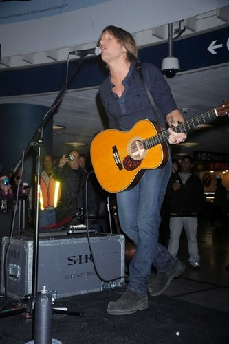 Keith Performs For 팬 At Train Station