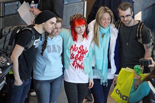 パラモア arrive at LAX for their flight to NYC
