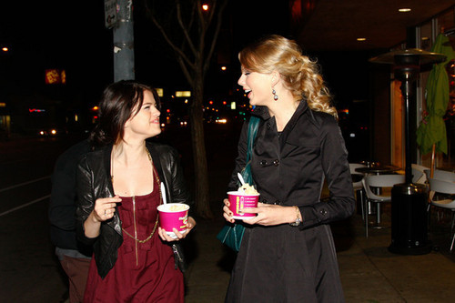 Selena and taylor BFF'S