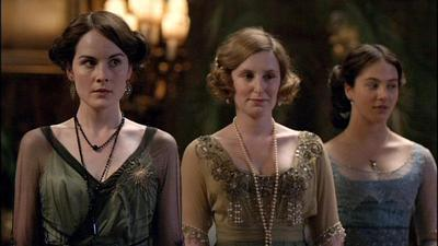 Downton Abbey 壁纸 probably with a bridesmaid, a 晚餐 dress, and a 鸡尾酒 dress titled Sisters
