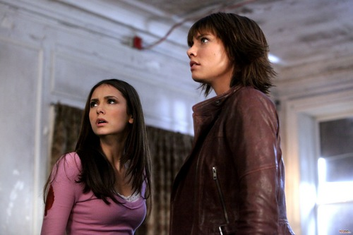 Lauren Cohan achtergrond with a well dressed person and a hip boot called The Vampire Diaries 2.08