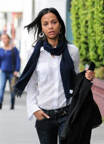 Zoe Saldana was busy texting on her way to Real 食物 Daily on February 15 2011
