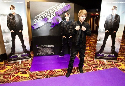 justin bieber in purple. justin on purple carpet lol