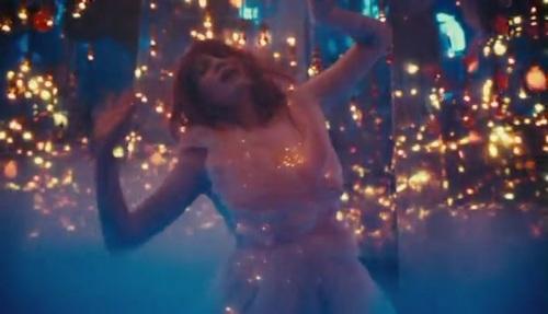 Florence + The Machine karatasi la kupamba ukuta possibly with a kisima, chemchemi titled Cosmic upendo [Music Video]