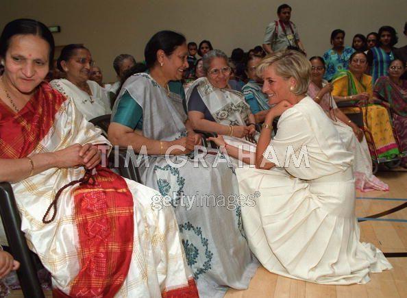 Diana Visiting The Shri Swaminarayan Mandir - princess-diana photo