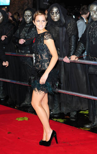 Emma Watson achtergrond possibly with bare legs and a hip boot entitled Emma Watson Harry Potter 7 premier Pt5