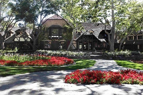 Full front of Neverland house
