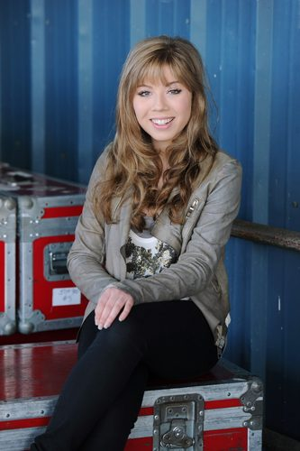 Jennette McCurdy wallpaper with a well dressed person, a business suit, and a box mantel called Jennette McCurdy