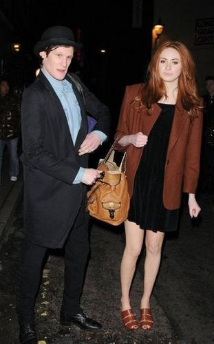 Matt Smith & Karen Gillan Обои containing a well dressed person titled Matt & Karen at Лондон Fashion Week 20/2/11