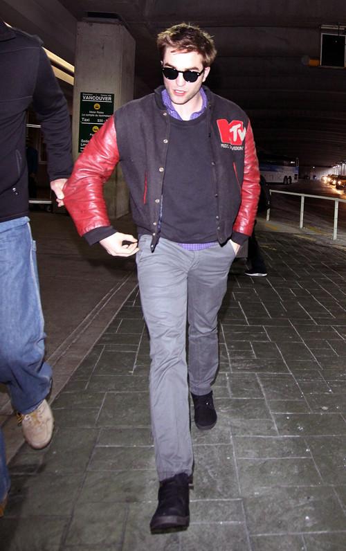 Robert Pattinson arriving at Vancouver airport!!