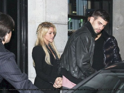 Shakira and Piqué hold hands