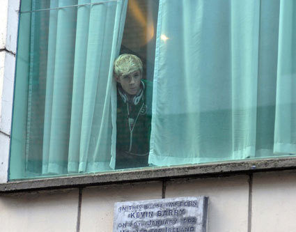 niall peeping out the window in their hotel in dublin!