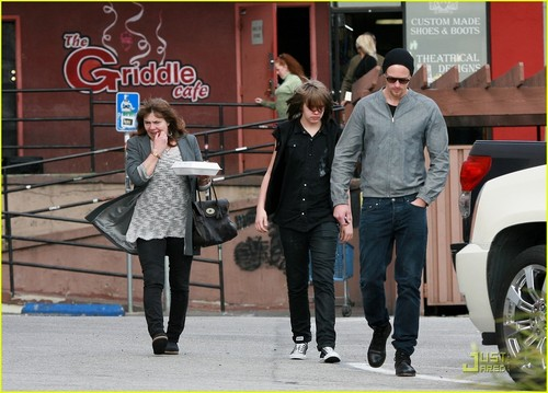 Alexander Skarsgard: plaque, plaque à snacker Cafe with Mom & Bro!