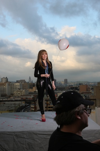 Jennette McCurdy Обои with a meteorological balloon and a улица, уличный entitled Generation Любовь