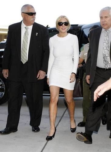 Lindsay Lohan - Underway to her secondo home the courthouse of LA