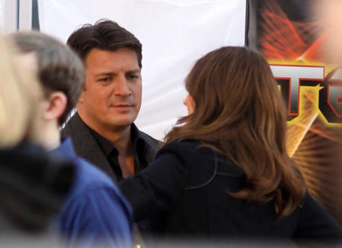 Nathan Fillion & Stana Katic 壁紙 possibly containing a business suit called Stanathan behind the scenes <3