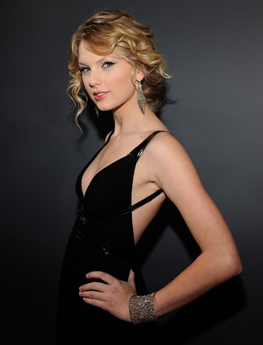 Taylor arriving at the Grammy Awards 2009