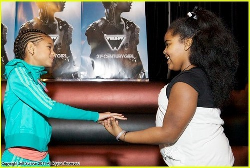 Willow Smith Hosts Skating Party For fãs