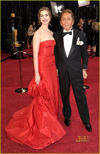 Anne Hathaway wallpaper containing a bridesmaid called Anne Hathaway - Oscars 2011 Red Carpet
