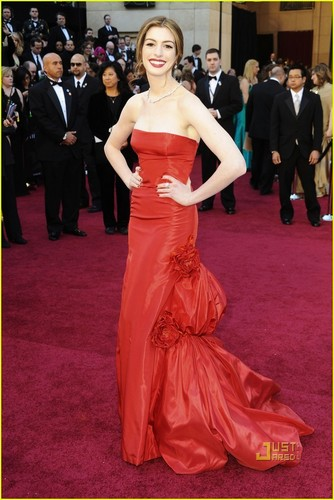 Anne Hathaway - Oscars 2011 Red Carpet