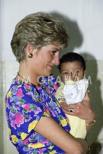 Princess Diana achtergrond entitled Diana Holding A Baby In Brazil