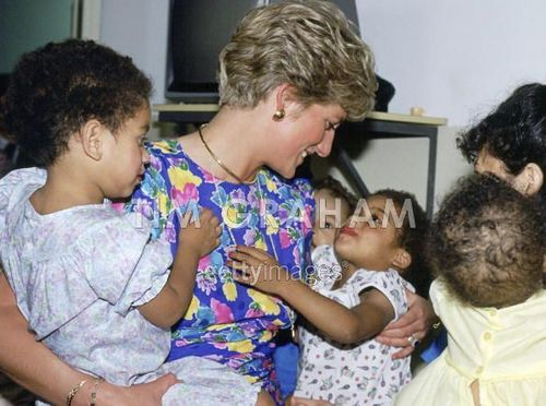 Prinzessin Diana Hintergrund called Diana Holding A Baby In Brazil