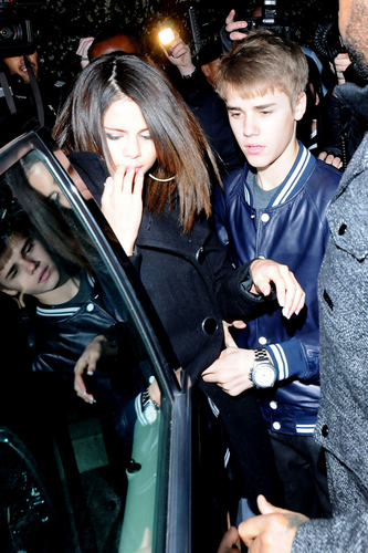 Justin Bieber and Selena Gomez wallpaper possibly with an automobile entitled Justin Bieber & Selena Gomez