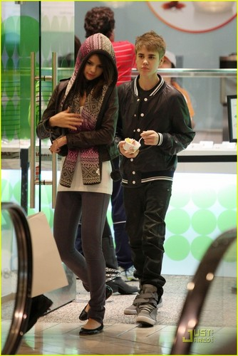 Justin Bieber and Selena Gomez wallpaper probably containing a sign, a hip boot, and a street entitled Justin Bieber & Selena Gomez