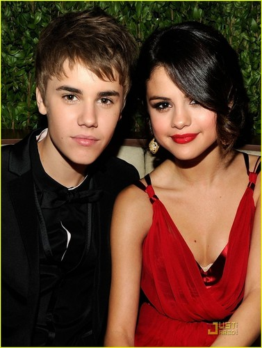 Justin Bieber & Selena Gomez: Holding Hands at Oscar Party!