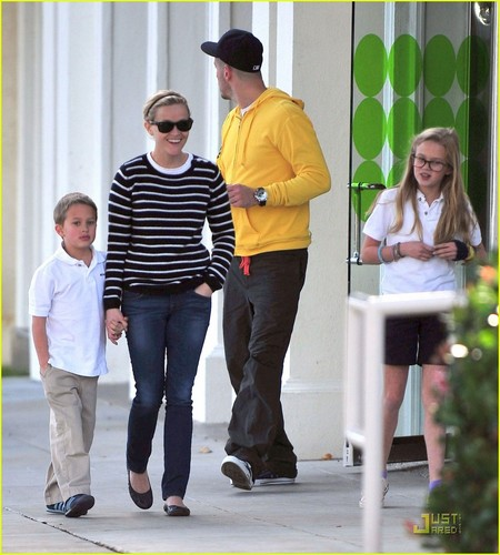Reese Witherspoon &amp; Jim Toth: Pinkberry with the Kids - reese-witherspoon Photo