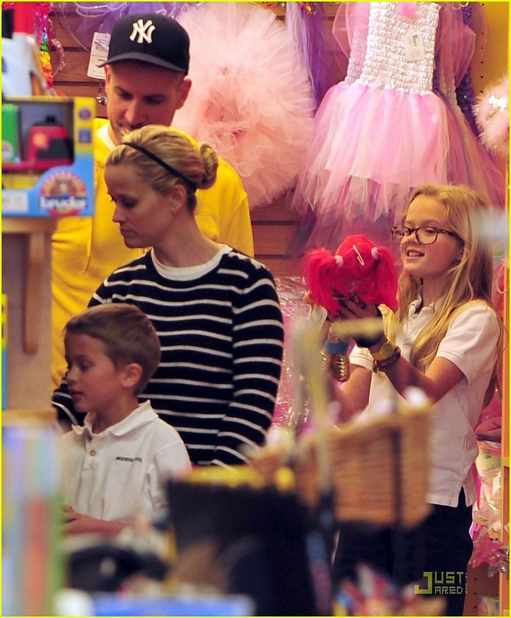 Риз Уизерспун с детьми
