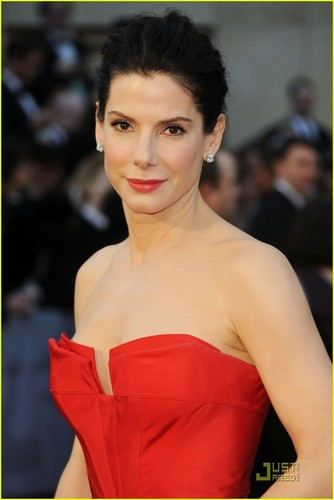 Sandra Bullock پیپر وال titled Sandra Bullock - Oscars 2011 Red Carpet