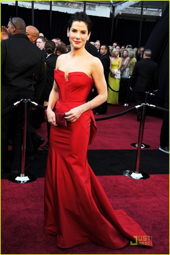 Sandra Bullock wallpaper with a dinner dress and a bridesmaid titled Sandra Bullock - Oscars 2011 Red Carpet