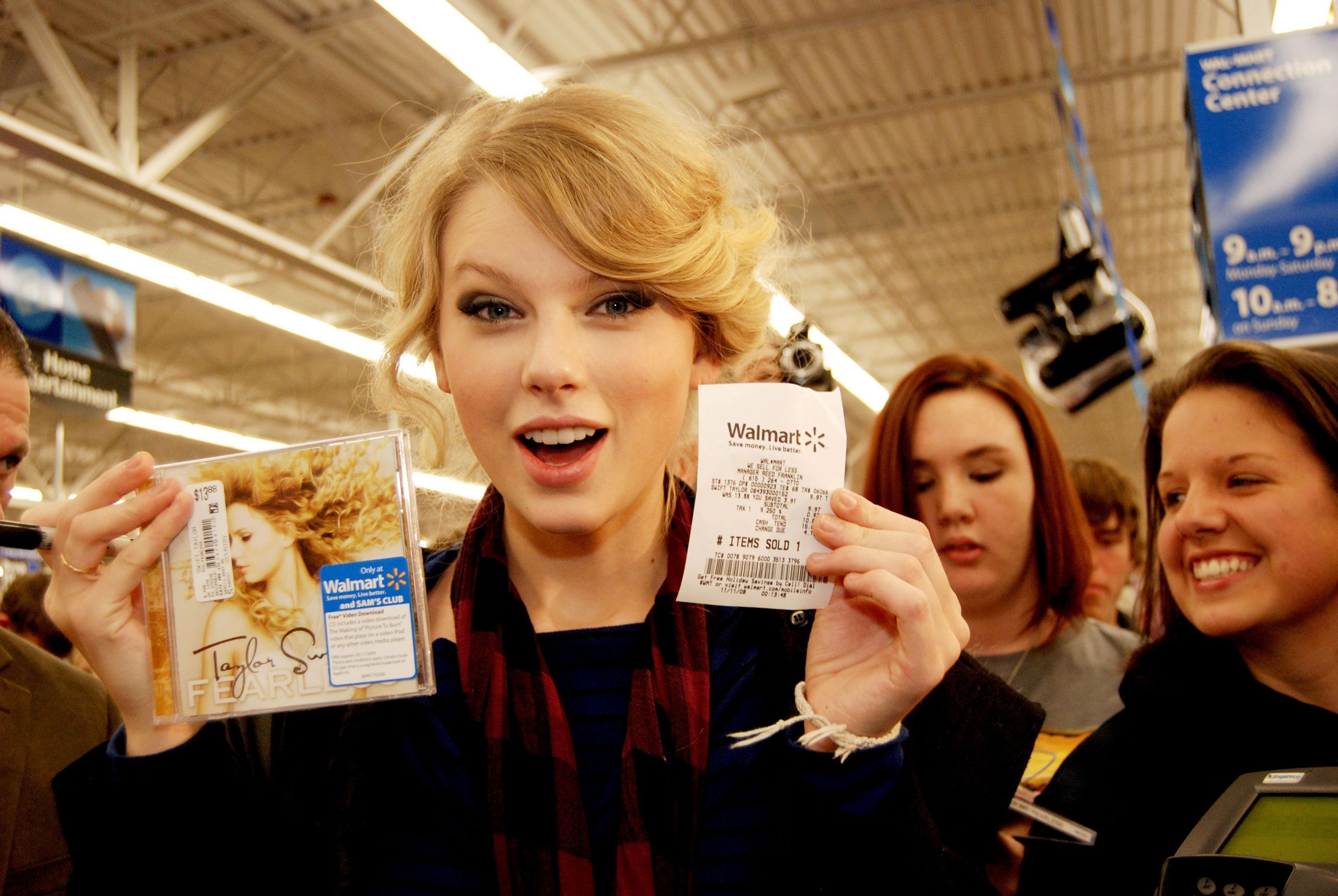 Taylor Buying her Fearless CD :)