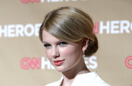 Taylor pantas, pantas, swift kertas dinding containing a portrait called Taylor- CNN Heroes Gala at Kodak Theater- 22nd Nov 2008