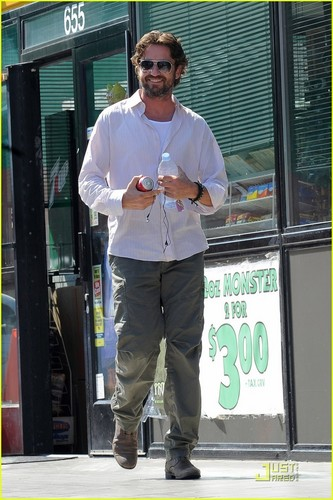Gerard Butler: Coke & Water Bottle Break - gerard-butler Photo