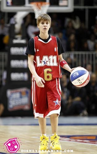 JUSTIN BIEBER @ THE CELEBRITY basquetebol, basquete GAME 2