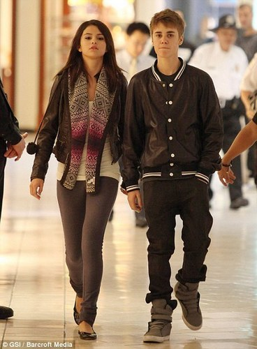 Justin Bieber und Selena Gomez Hintergrund with a hip boot and tights called Justin Bieber & Selena Gomez Shopping In Louis Vuitton & D&G Stores (JB+SG = True Love) 100% Real x