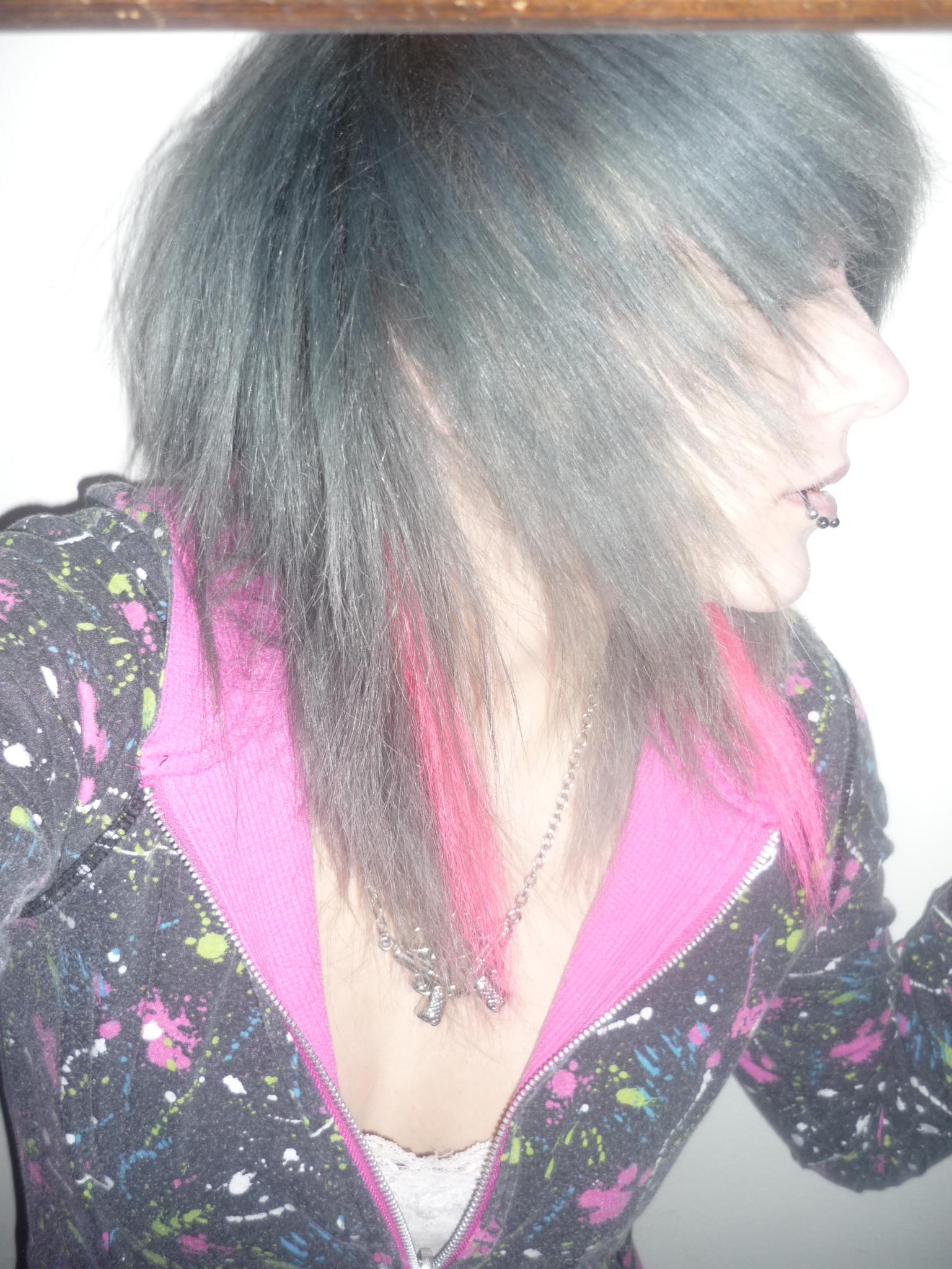 http://images4.fanpop.com/image/photos/19800000/LunaLeft4Dead-emo-girls-19847623-1536-2048.jpg