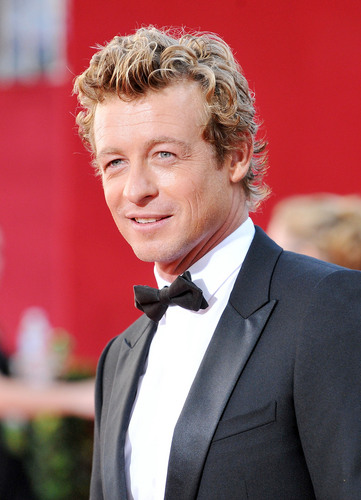 Simon Baker karatasi la kupamba ukuta containing a business suit, a suit, and a dress suit titled Simon Baker / Emmy Awards 2009 (HD)