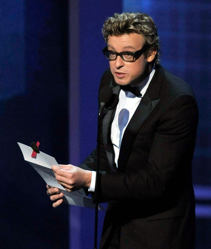 साइमन बेकर वॉलपेपर containing a business suit, a suit, and a dress suit entitled Simon Baker / Emmy Awards 2009 (HD)