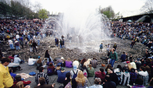 Thousands of Фаны at the Seattle Center park on April 10th 1994 to mourn Kurt Cobain's death